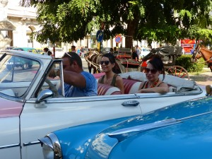 smiling-tourists-climb-in-for-a-tour-around-havana